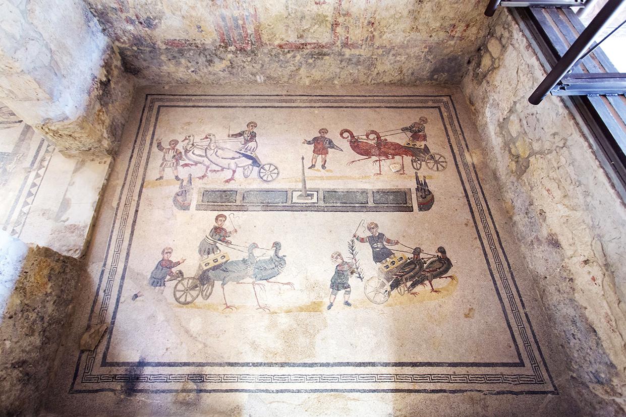 32738200 - mosaics in villa romana del casale, piazza armerina, sicilia, italy